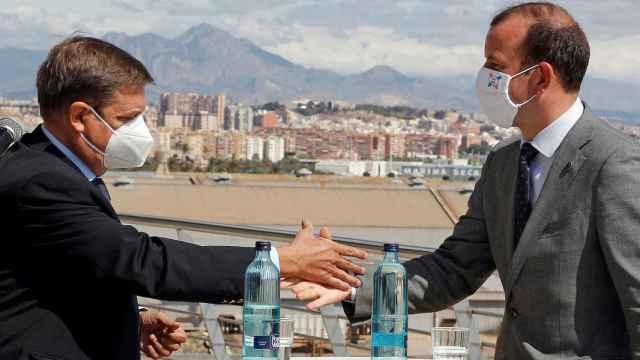 El comisario de Medio Ambiente, Océanos y Pesca de la UE,Virginijus Sinkevicius, saluda al ministro español de Agricultura, Pesca y Alimentación, Luis Planas.