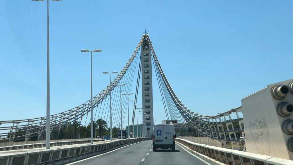 Los corrimientos de tierra en un puente de Elche no hacen peligrar, de momento, su estructura
