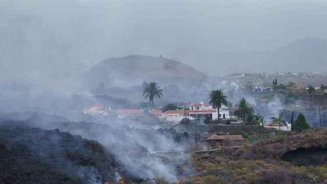 Una colada de lava  se desplaza por el barrio de Todoque, en Los Llanos de Ariadne.