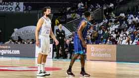 Sergio Llull (Real Madrid) defendido por McGee (San Pablo Burgos)
