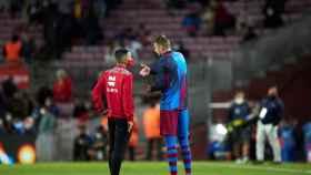 Gerard Piqué habla con el cuarto árbitro en el descanso del FC Barcelona - Granada
