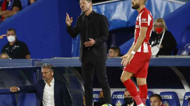 El 'Cholo' Simeone y Yannick Carrasco, en un momento del partido