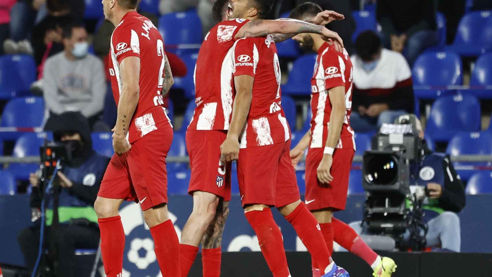 Los jugadores del Atlético de Madrid celebran el gol de Luis Suárez
