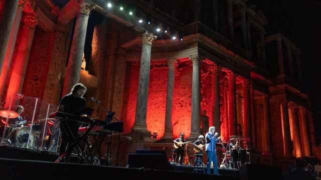 Imágenes del día en CLM: éxito del conquense José Luis Perales en el Teatro Romano de Mérida