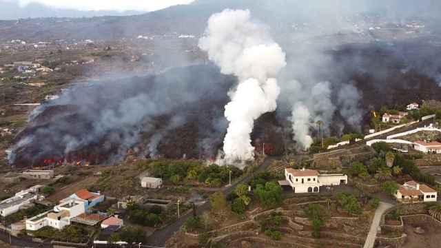 La lava del volcán avanza y engulle a su paso decenas de casas en La Palma. EP