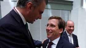 Javier Ortega Smith (Vox) y el alcalde de Madrid, José Luis Martínez-Almeida, en una imagen de archivo.