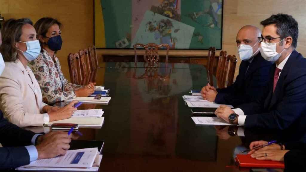 El PP, liderado por su portavoz en el Congreso, Cuca Gamarra, se reúne con el Gobierno, con Félix Bolaños al frente.