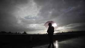 Una persona se protege de la lluvia con un paraguas