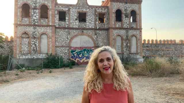 La viceportavoz de Adelante Málaga, Remedios Ramos, frente a la portada del Benítez.