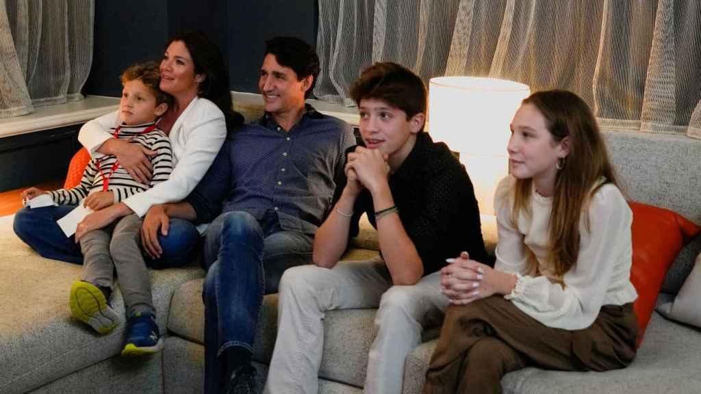 Justin Trudeau, primer ministro de Canadá, sigue el escrutinio en televisión junto a su familia.