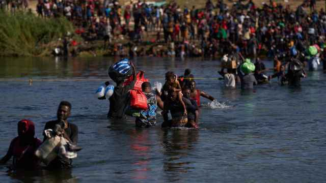 Miles de haitianos cruzan el río de la frontera de Estados Unidos.