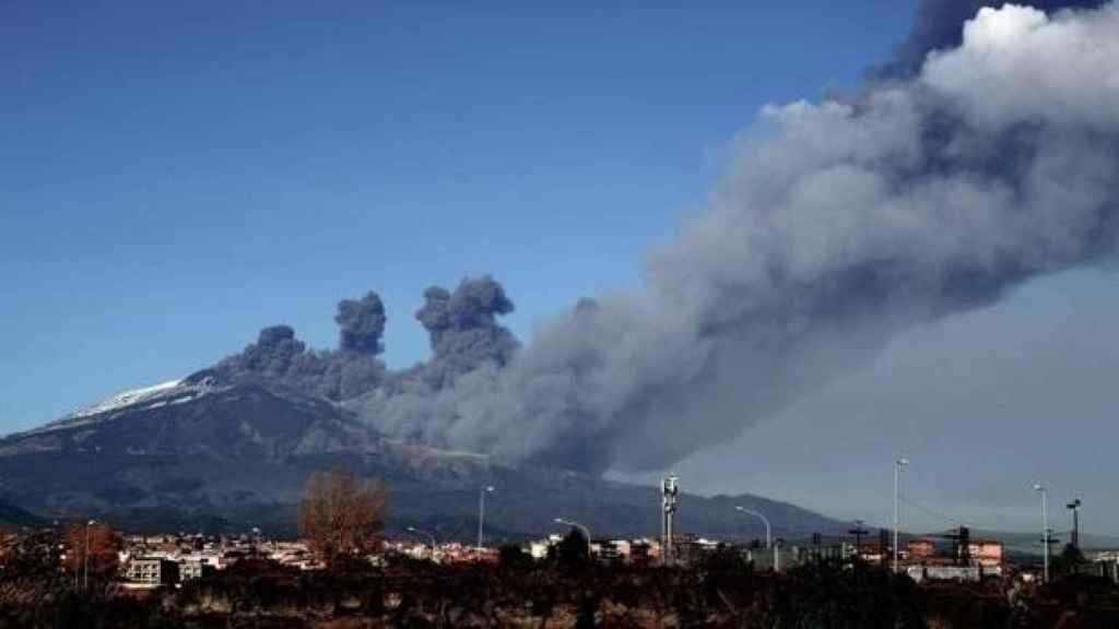 Imagen de archivo de una erupción del volcán Etna. AFP