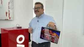 Fabio Capocchi, director de producto de Lenovo, sujetando la Tab 13.