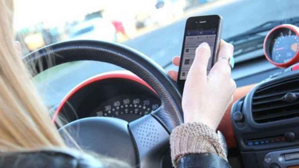 Conductora usando el teléfono móvil