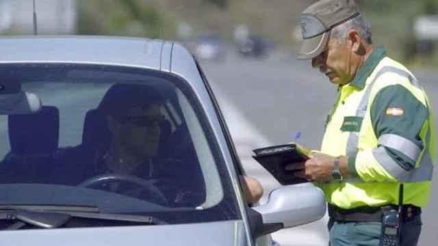 Un guardia civil multa a un conductor.