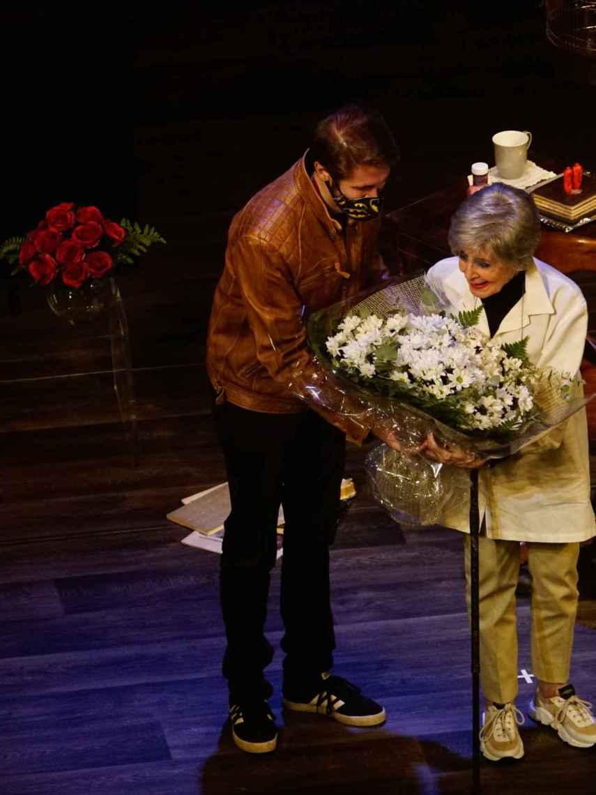 Concha Velasco ha recibido un gran ramo de flores de manos de su hijo Manuel, en su última función.