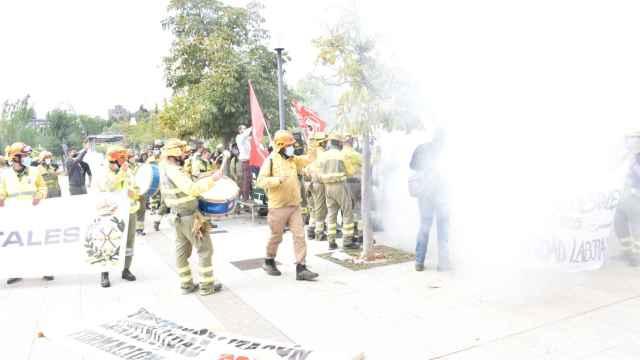 Protesta de los bomberos forestales ante la puerta de las Cortes