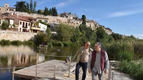 El diputado de Turismo, Jesús María Prada y el concejal de Turismo, Christoph Strieder charlan en las aceñas de Olivares