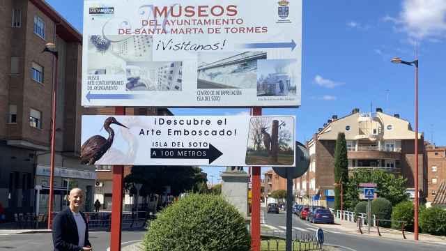 El concejal de Turismo, Juan Carlos Bueno, muestra la nueva señalización