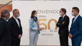La ministra de Industria, Reyes Maroto, en el acto de hoy junto al CEO de L'Oreal, Juan Alonso De Lomas, segundo por la derecha.