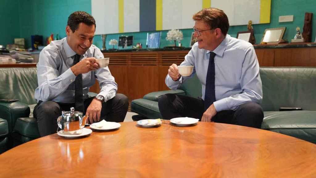 Juanma Moreno y Ximo Puig toman café tras la reunión, en una imagen que subieron ambos a sus redes sociales.