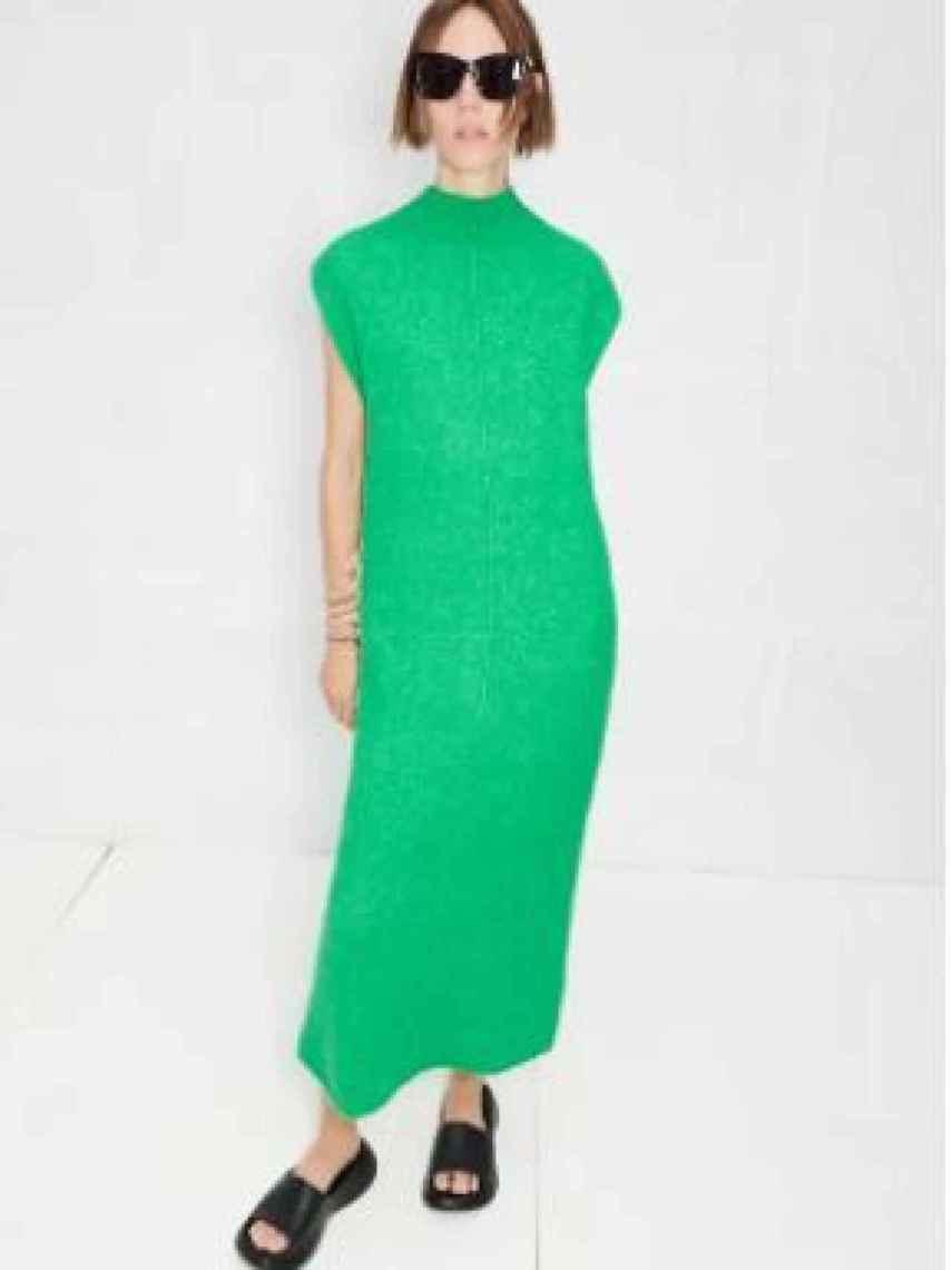Vestido de Zara verde esmeralda, 49,95 euros.