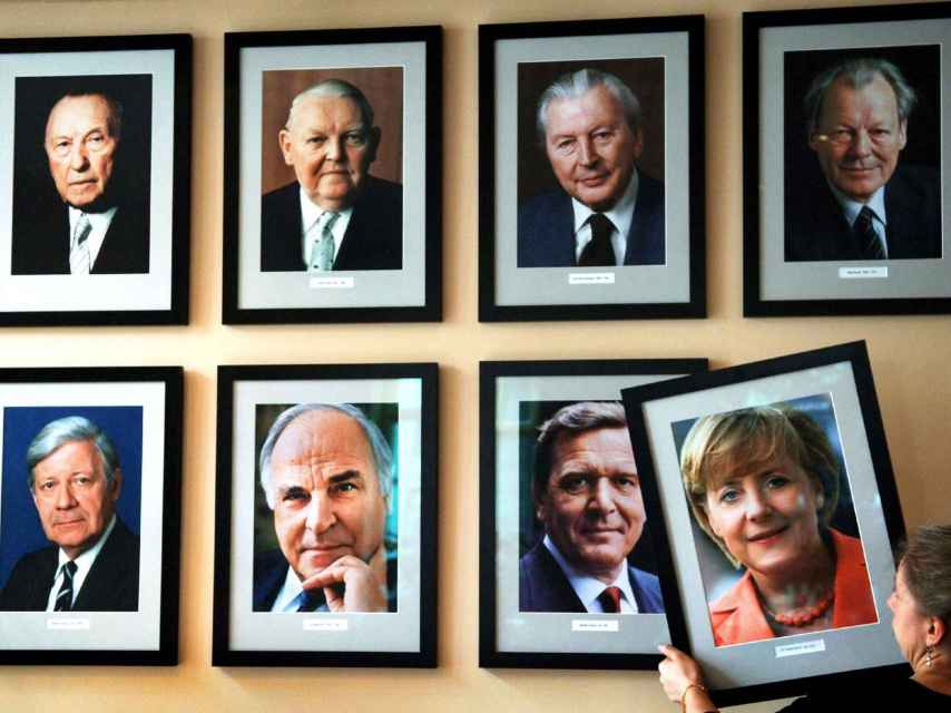 La imagen de la canciller alemana Angela Merkel, colgada en una pared con los retratos de los excancilleres (arriba, de izquierda a derecha) Konrad Adenauer, Ludwig Erhard, Kurt Georg Kiesinger, Willy Brandt, (abajo, de izquierda a derecha) Helmut Schmidt, Helmut Kohl y Gerhard Schroeder.