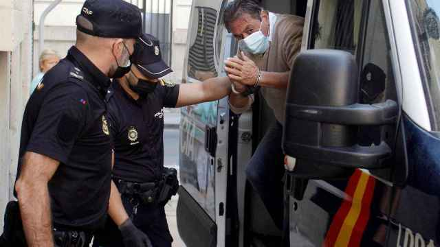 El acusado de asesinar a su mujer en Calpe ha llegado a la Audiencia Provincial de Alicante para la celebración del juicio.