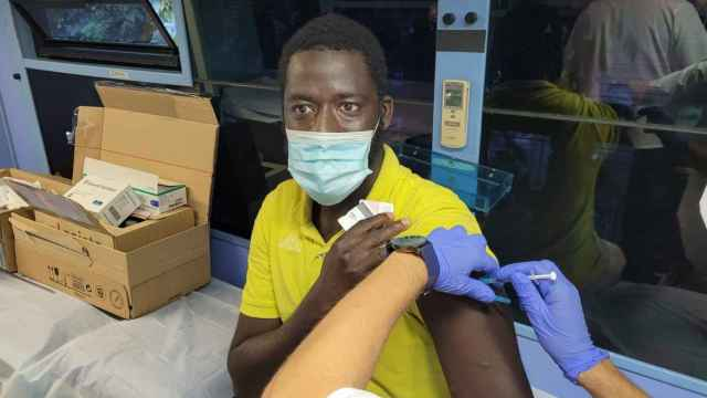 Una persona es vacunada por sanitarios de la Comunitat Valenciana.