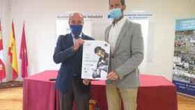 Valentín-Gamazo y Suárez posan con el cartel del partido