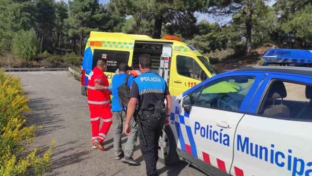 Momento del traslado del senderista herido en Ponferrada