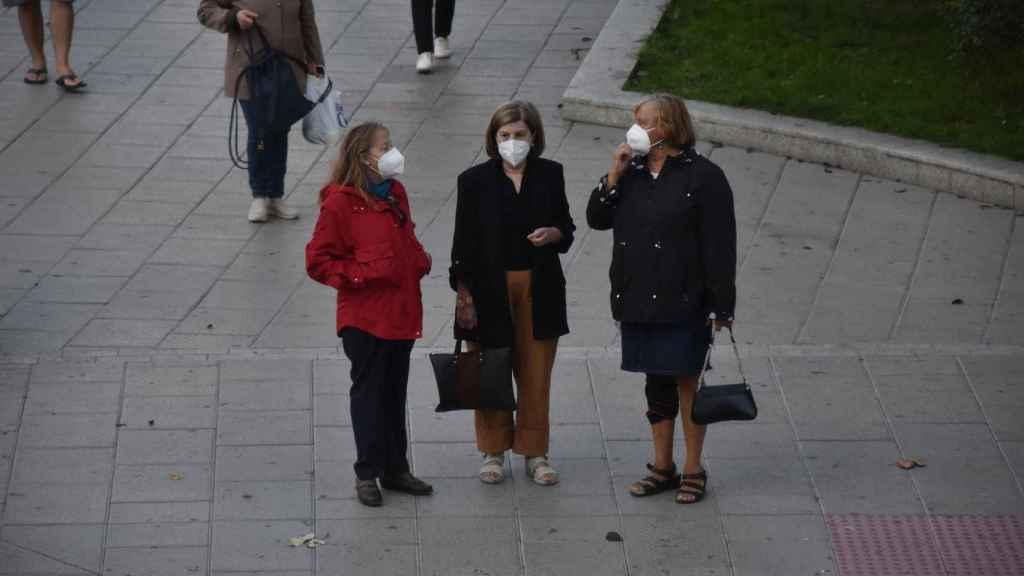 Tres ciudadanos pasean por La Marina en Zamora con mascarilla