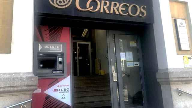 Cajero automático en la fachada de una oficina de Correos