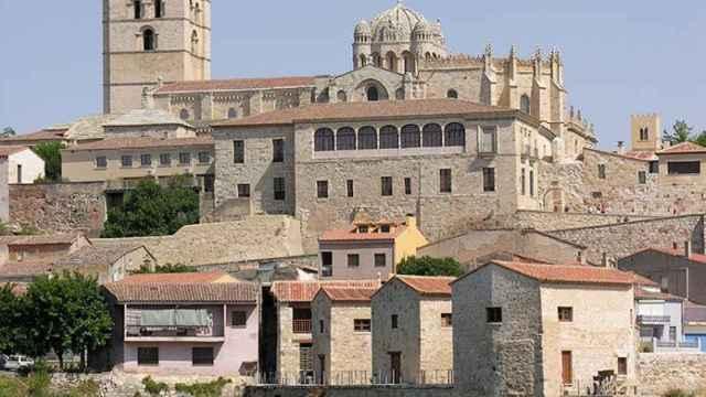 La Catedral de Zamora vista desde el río Duero