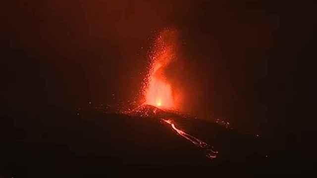Estallido de lava en una boca del volcán.