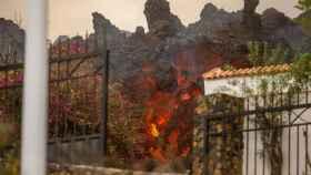La lava del volcán llegando a las casas de la zona de Los Llanos.