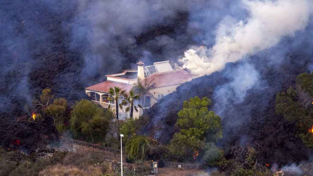 La lava del volcán de Cumbre Vieja devora una casa en La Palma.