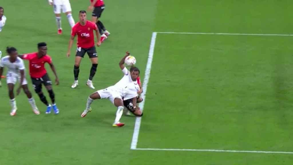 Posible penalti sobre Rodrygo Goes no pitado
