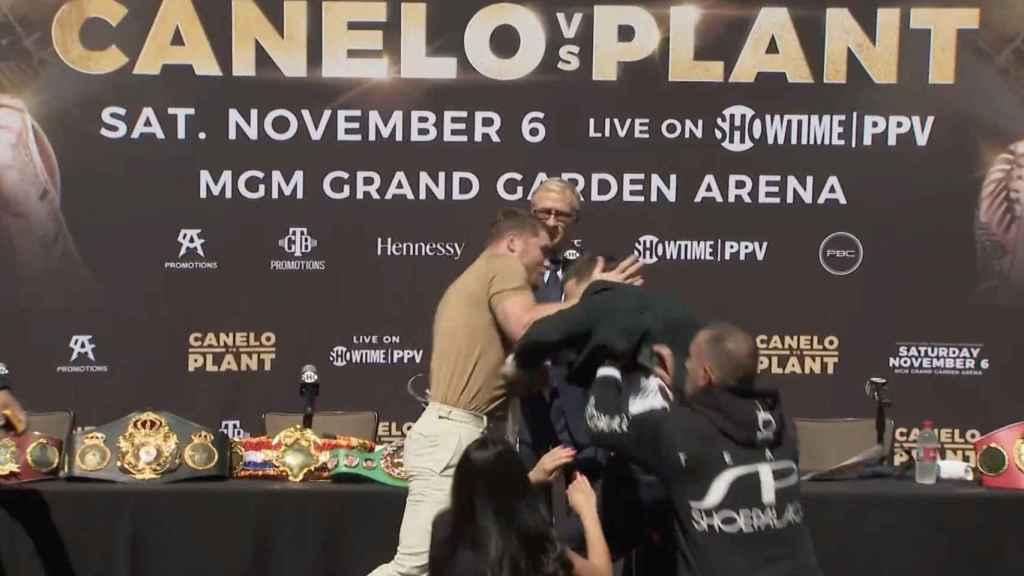 'Canelo' Álvarez da un puñetazo a Caleb Plant en medio de una rueda de prensa