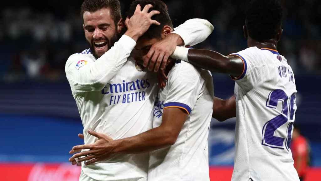 Los jugadores del Real Madrid felicita a Marco Asensio por su gol al Mallorca