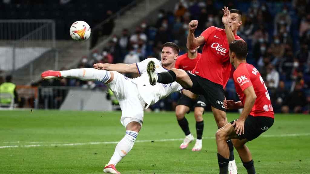 Luka Jovic remata un balón frente a la portería del Mallorca