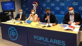 Carlos Mazón, en el centro, durante la rueda de prensa. EE