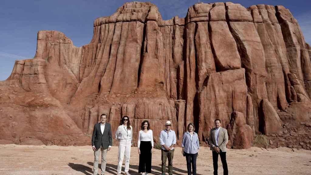 La presidenta de la Comunidad de Madrid, Isabel Díaz Ayuso, visita el set de rodaje de la nueva película de Wes Anderson.
