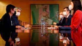 El ministro de la Presidencia, Félix Bolaños, negocia los Presupuestos con los portavoces de Bildu en el Congreso.