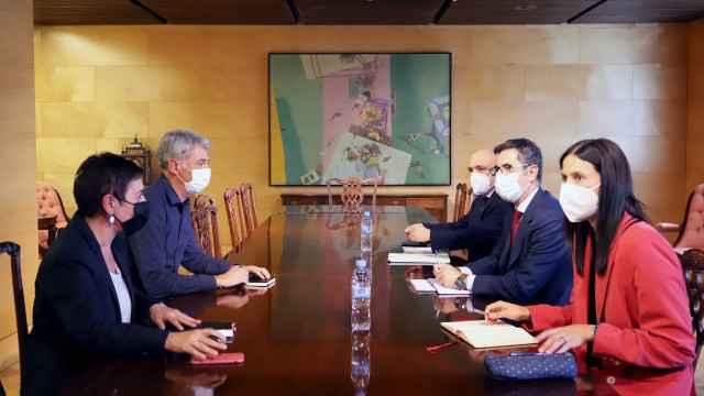 Félix Bolaños, ministro de la Presidencia, y la delegación gubernamental, reunidos con Mertxe Aizpurua y Oskar Matute (Bildu).