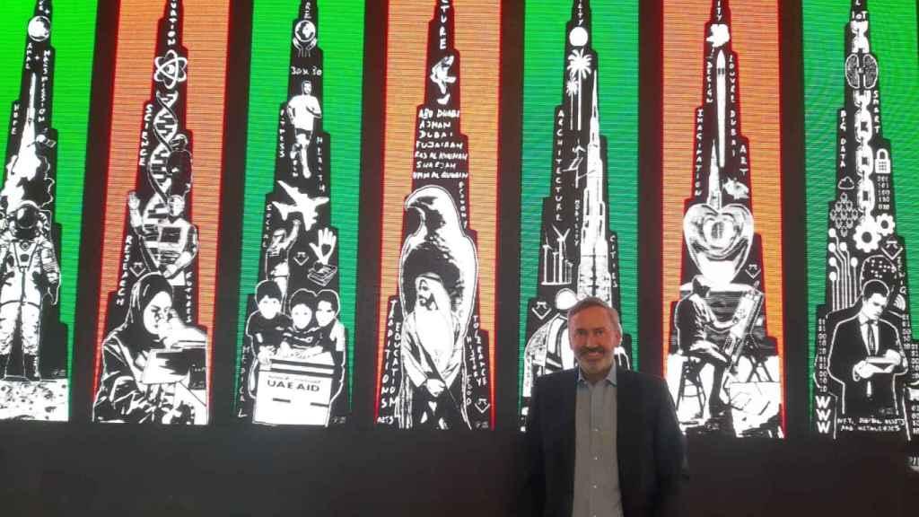 Paco Bree junto a las siete obras de arte digital que fueron proyectadas en la fachada del Burj Khalifa el martes 21 de septiembre.
