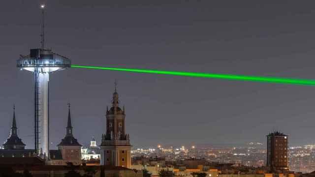 El haz de luz verde en el faro de Moncloa.