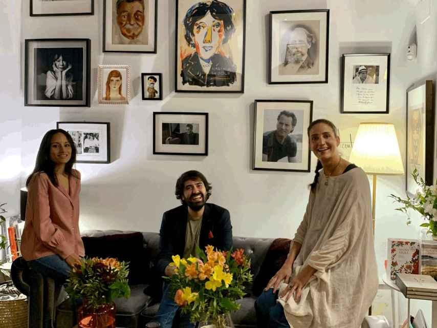 Daniel Ramírez junto a Laura Riñón y Sara Trejo, las libreras de Amapolas en octubre.