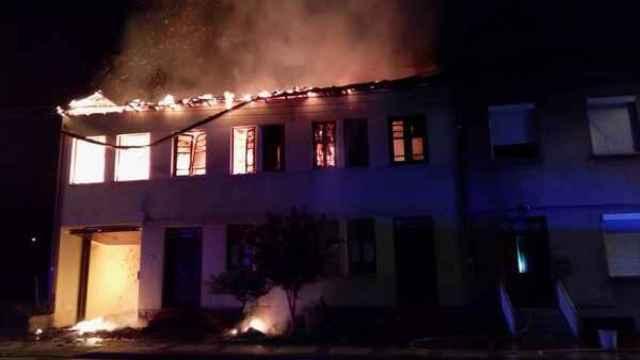 Fachada de la vivienda que ha quedado arrasada por las llamas
