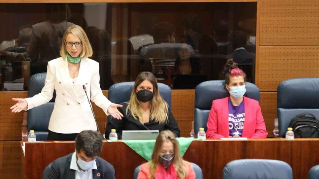 La portavoz de Unidas Podemos en la Asamblea de Madrid, Carolina Alonso, reprocha a Ayuso sus palabras sobre la homofobia.